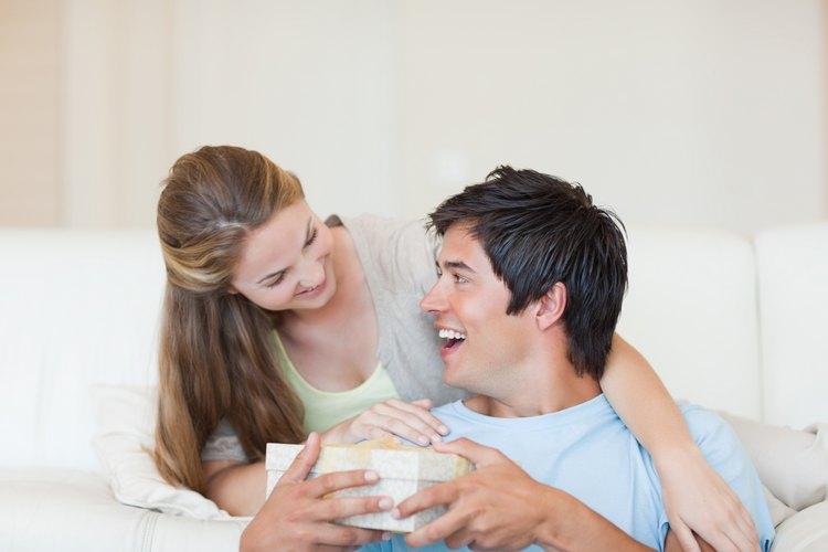 Piensa en cuáles son los gustos de tu hombre para hacerle un regalo que aprecie.