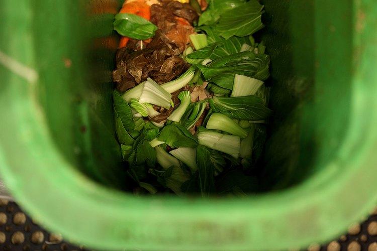 Una caja de compostaje es una buena manera de reciclar los residuos de alimentos en pequeña escala.