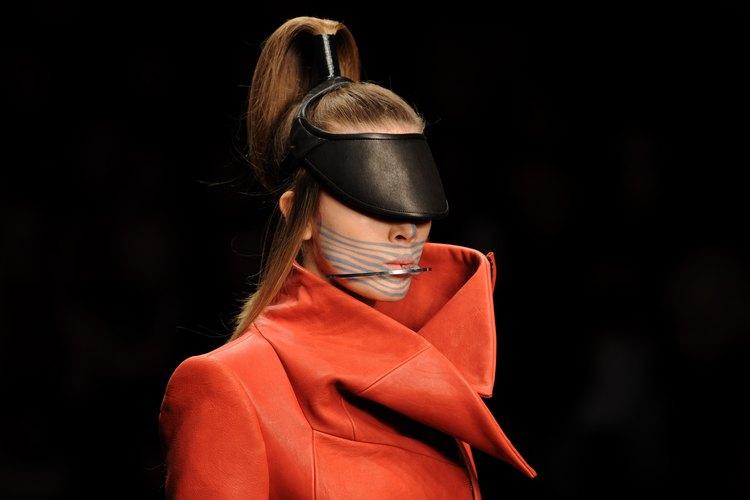 Una modelo de pasarela muestra los diseños de Haizhen Wang durante la Semana de la Moda de Otoño/Invierno 2013-2014 en Londres.