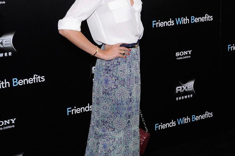 """Olivia Palermo usa una maxifalda con botines en el estreno de """"Amigos con derechos""""."""