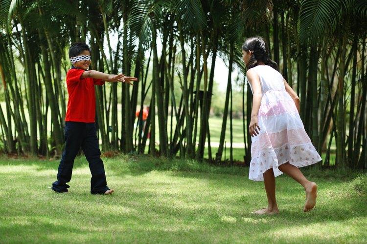 Si tienes un grupo de niños en tu casa, juegen un circuito de obstáculos con los ojos vendados para fomentar la comunicación eficaz.