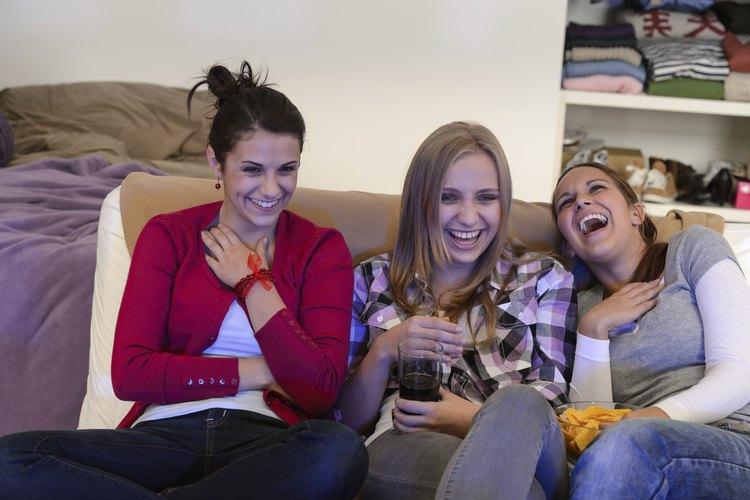 Chicas adolescentes mirando televisión juntas.