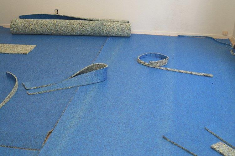 El cojín para alfombra se coloca en el piso debajo de la alfombra para hacer más cómodo el piso.