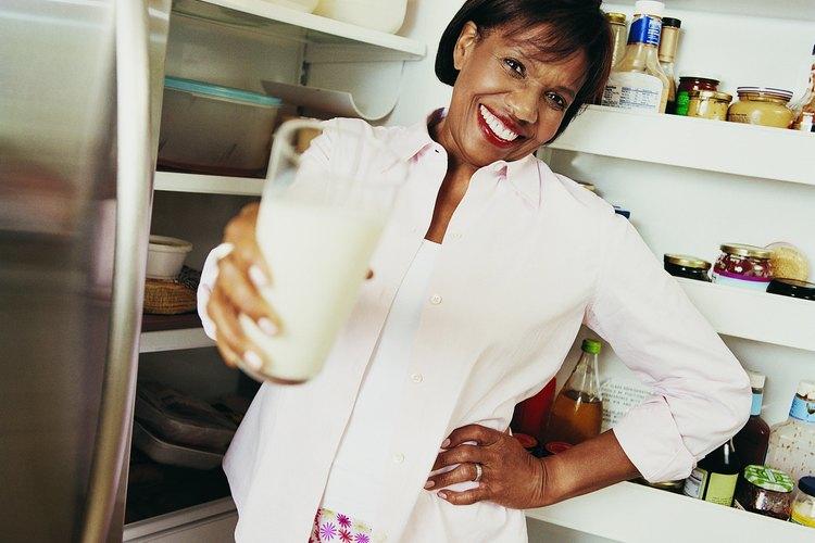 El suero de mantequilla se genera agregando ácido láctico beneficioso que produce bacterias a la leche pasteurizada.