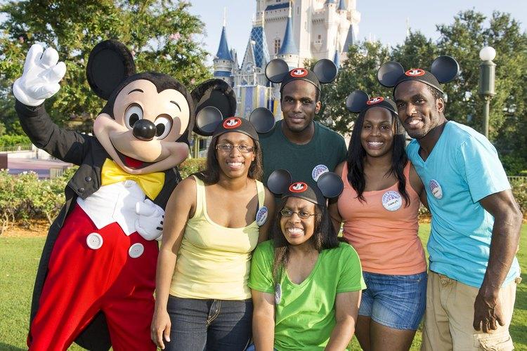 Familia posando junto a Mickey Mouse.