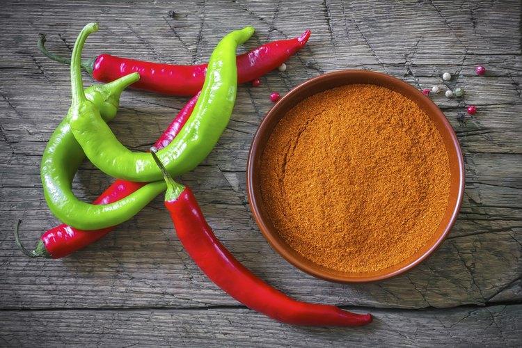 Chiles y chile en polvo en un tazón