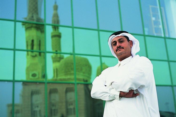Algunos árabes no musulmanes también usan pañuelos en la cabeza y se visten de forma conservadora usando túnicas y camisas largas.
