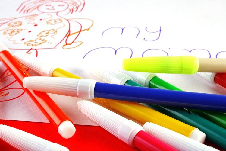 Un niño necesita aprender los colores y formas antes de poder escribirlos.