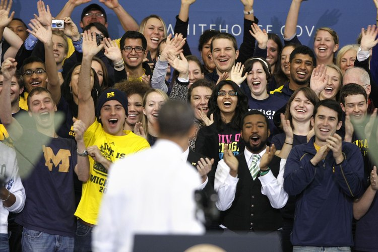 Los estudiantes vitorean al presidente Obama en la Universidad de Michigan.