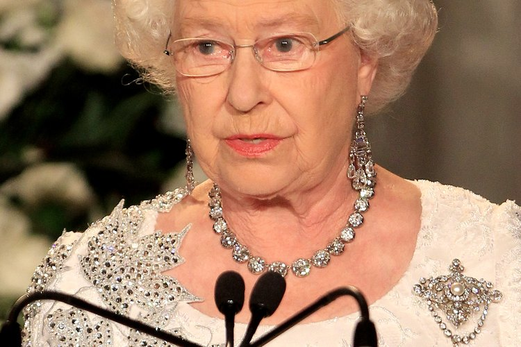 Reciclado: la Reina Isabel lleva un vestido transformado para una visita a Canadá en 2010.