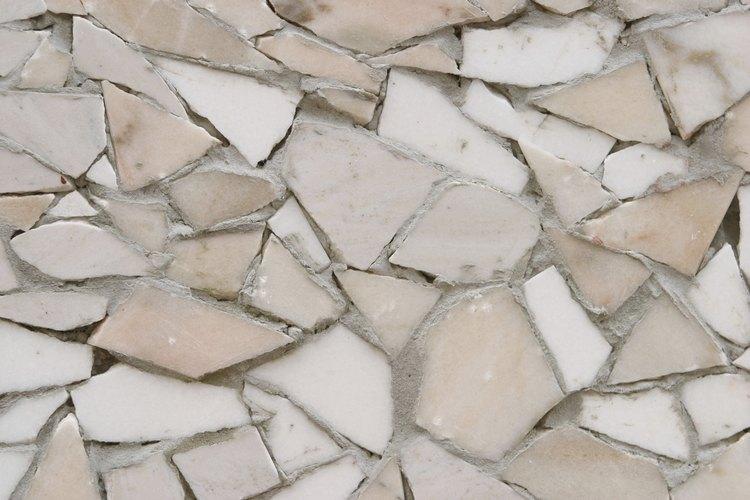Las piezas rotas de azulejos son útiles para diseños de mosaico.