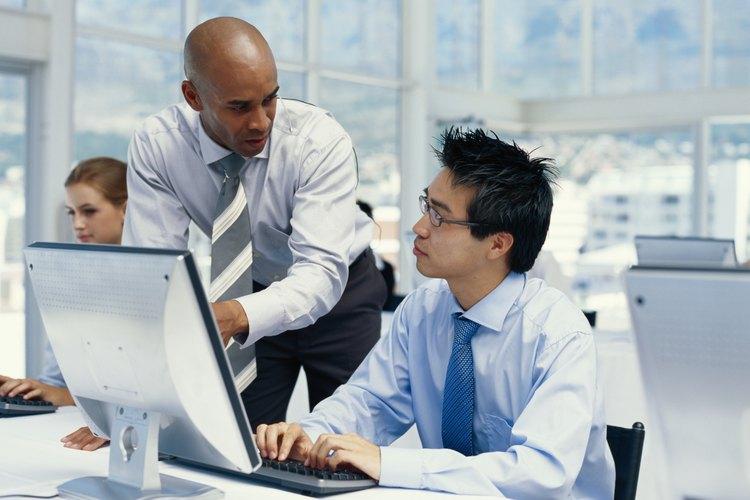 Ser útil a los demás en su oficina es una manera de ser un buen compañero de trabajo.