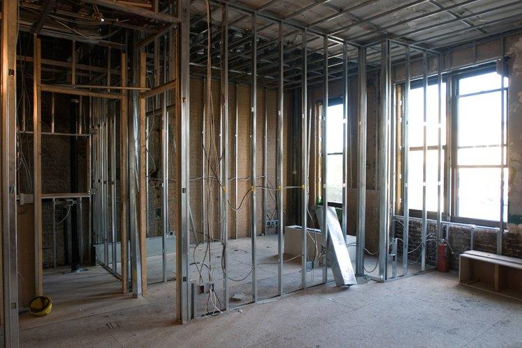 Las herramientas y materiales de carpintería son usados para construir estructuras.