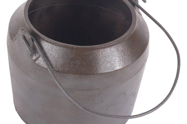 Una olla de hierro fundido oxidada puede parecer no tener esperanzas de uso.