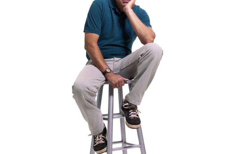 Sienta al hombre en una silla