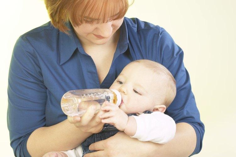 Sostener a tu bebe mientras lo alimentas provee un importante contacto humano.