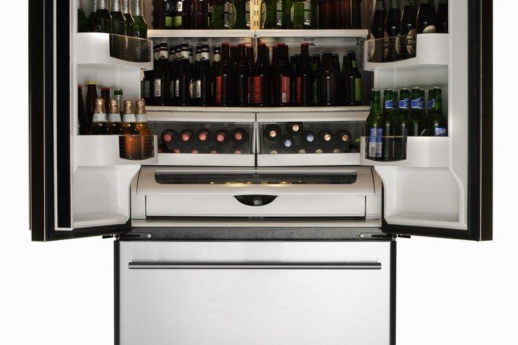 Las puertas del refrigerador utilizan bisagras fijas para poder abrirlas y cerrarlas.
