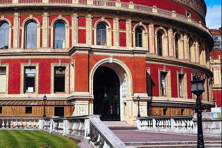 Una sala de conciertos de renombre mundial, el Royal Albert Hall presenta conciertos de gran escala.