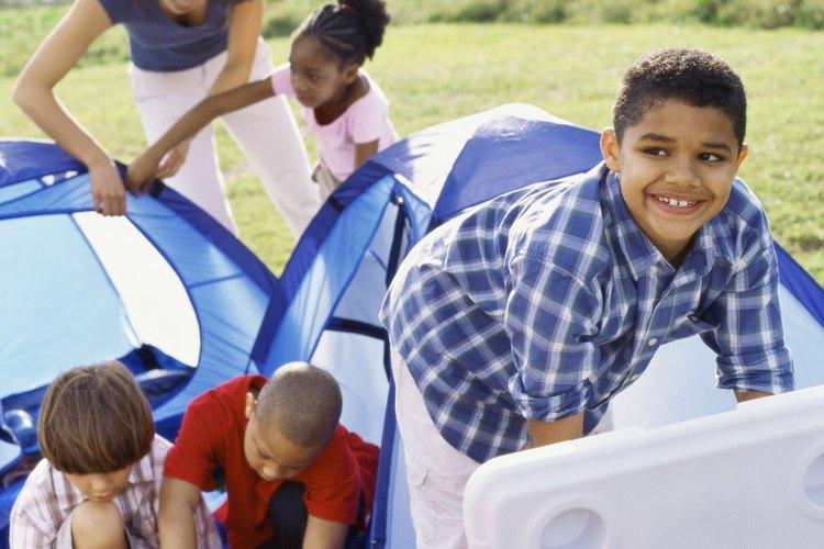 Pon tu tienda de campaña y ten una aventura de camping en familia en uno entre más de dos docenas de parques estatales con campamentos.