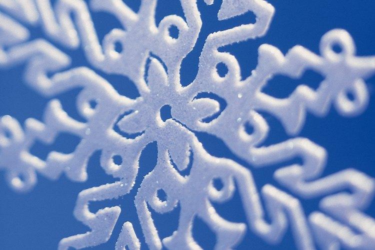 Los copos de nieve flotantes le dan atmósfera a una fiesta invernal.