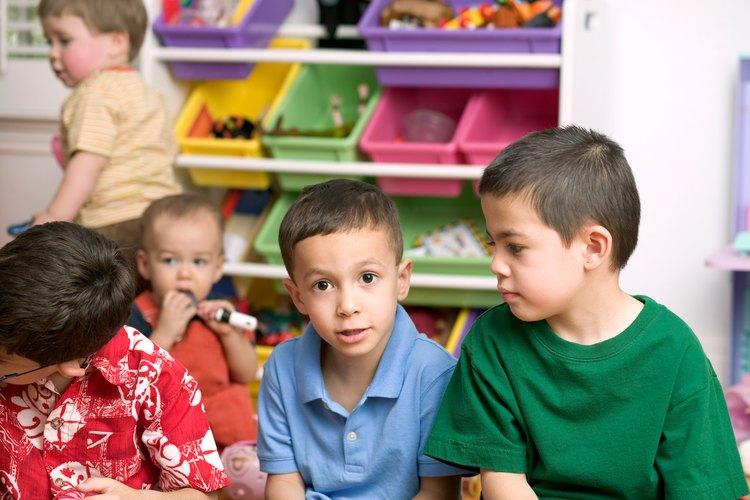 Los niños desarrollan habilidades para la amistad en preescolar.