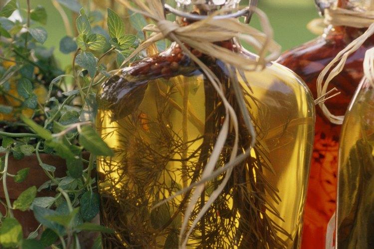Sumerge el peine en vinagre de sidra de manzana.