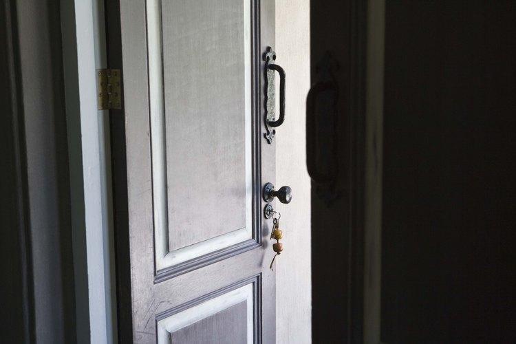Desmontar una puerta significa quitar la ferretería.