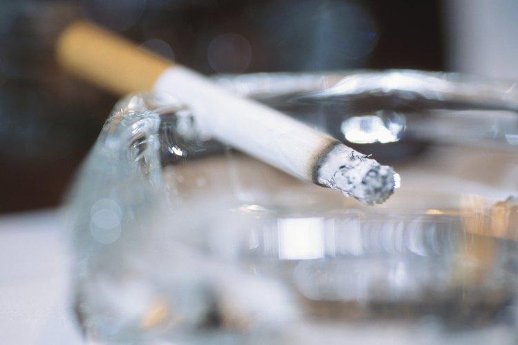 Fumar cigarrillos puede causar cáncer, por lo que fumar es la variable independiente.