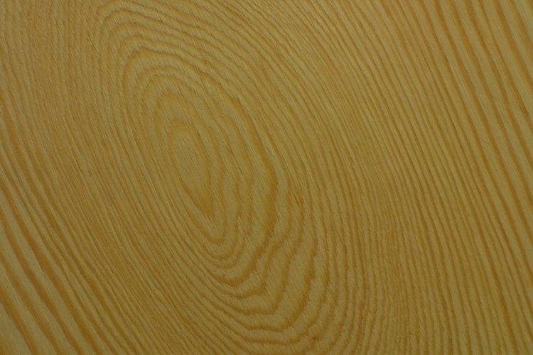 La madera contrachapada tiene distintos patrones de grano que pueden variar mientras que la fibra de madera tiene un acabado uniforme.
