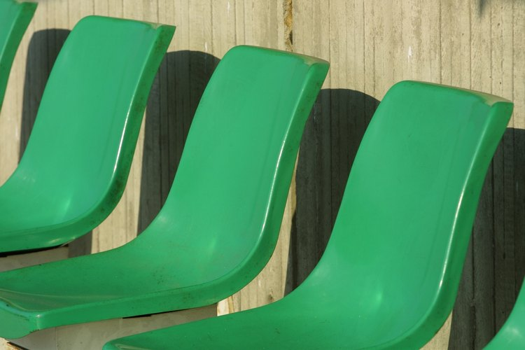 Usa pintura acrílica en aerosol para muebles de plástico.