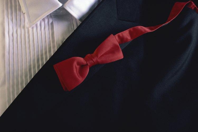 Los trajes pueden tener la apariencia del esmoquin al agregar algunos accesorios formales.