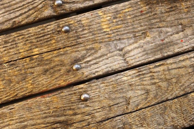 Primero evalúa la madera para observar la extensión del daño.