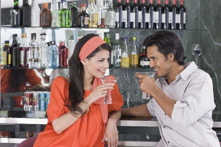 Las parejas dan pistas sutiles cuando están flirteando.