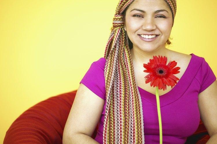 Un modo de hacer frente a la pérdida del cabello es utilizar un pañuelo para cubrirse la cabeza.