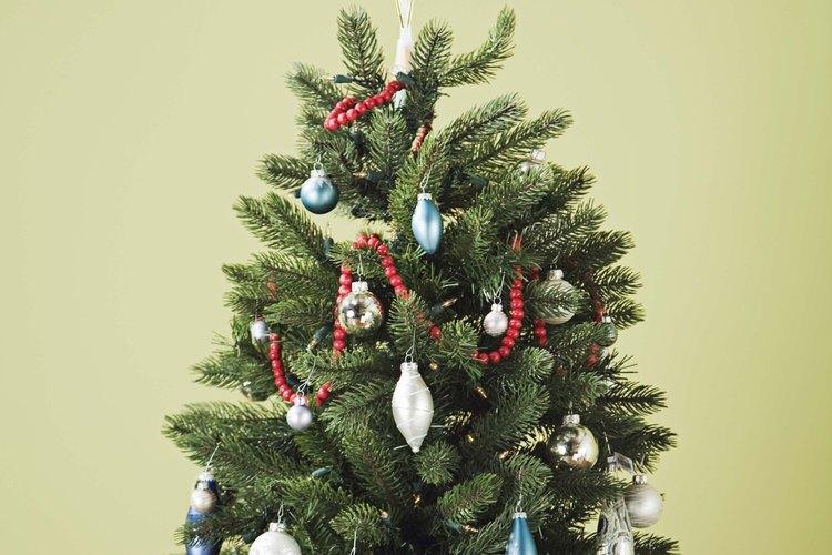 Quédate tu árbol de Navidad hasta que las agujas se vuelvan cafés y comiencen a caerse.