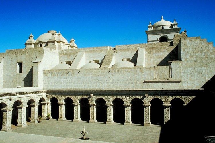 Los edificios coloniales de Arequipa están construidos con roca volcánica blanca.