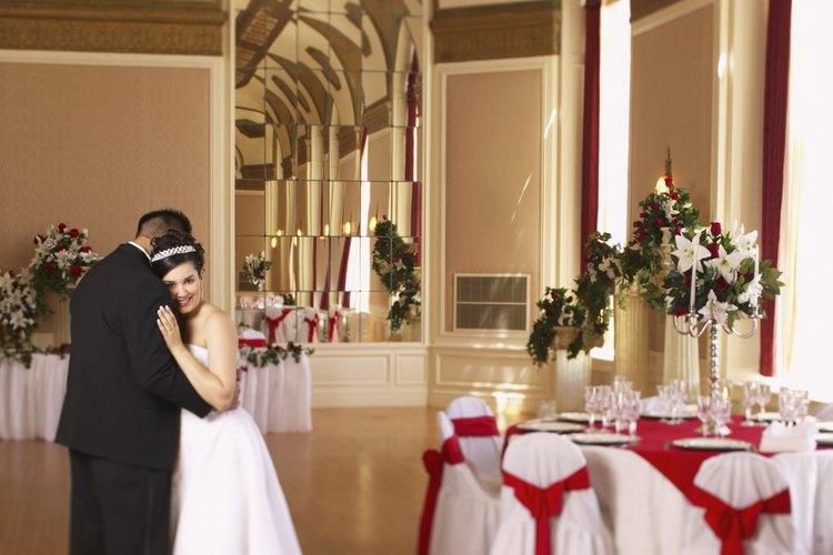Los salones para fiestas pueden ser decorados para una boda u otra ocasión especial.