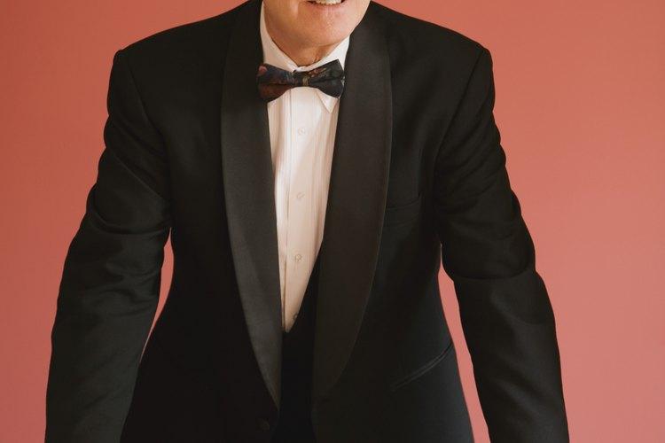 Un moño ya atado es una opción para usar con un traje formal.