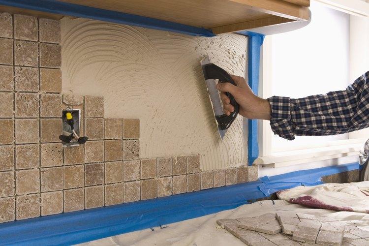 Coloca los azulejos con herramientas especiales.