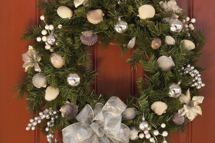 Las guirnaldas navideñas pueden ser iluminadas con decoraciones y listón de malla.