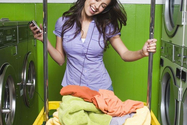 Usa tu equipo de lavandería para hacer que tus camisetas elásticas que se han aflojado recuperen la forma.