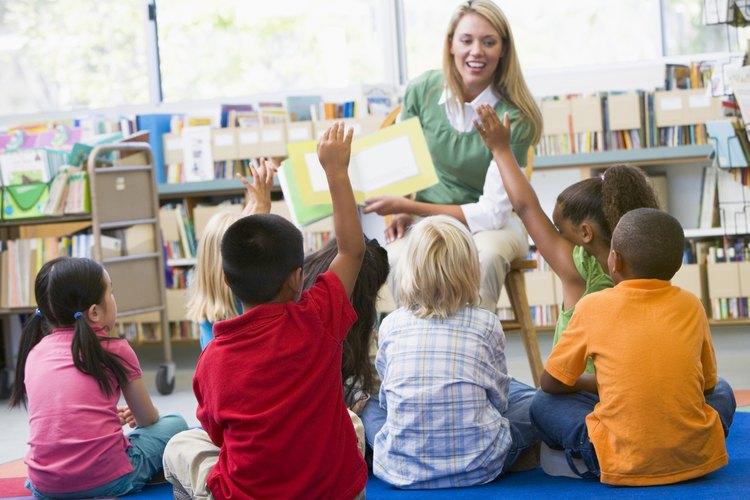 Una maestra de instrucciones a sus alumnos.