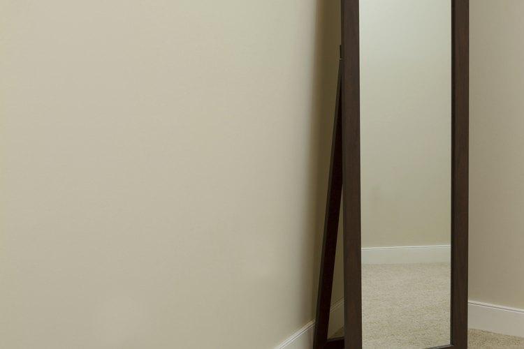 Aunque hay muchas maneras de pegar un espejo en la pared de tu casa, el método más duradero involucra un adhesivo especial.