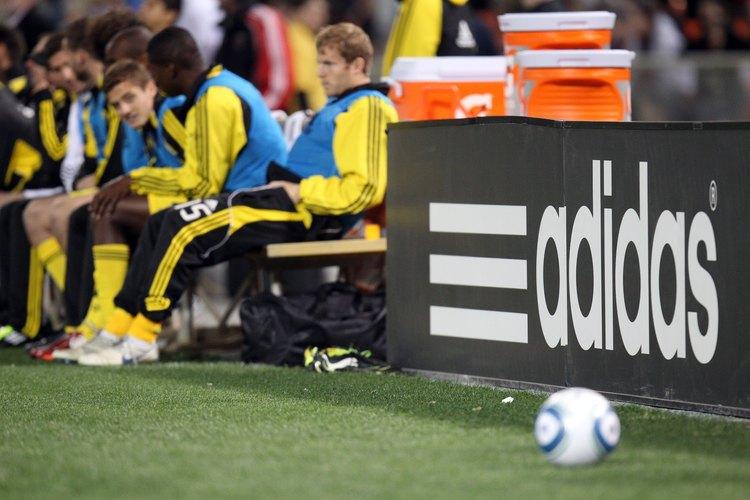 Adidas pisa fuerte en la fabricación de equipos deportivos.