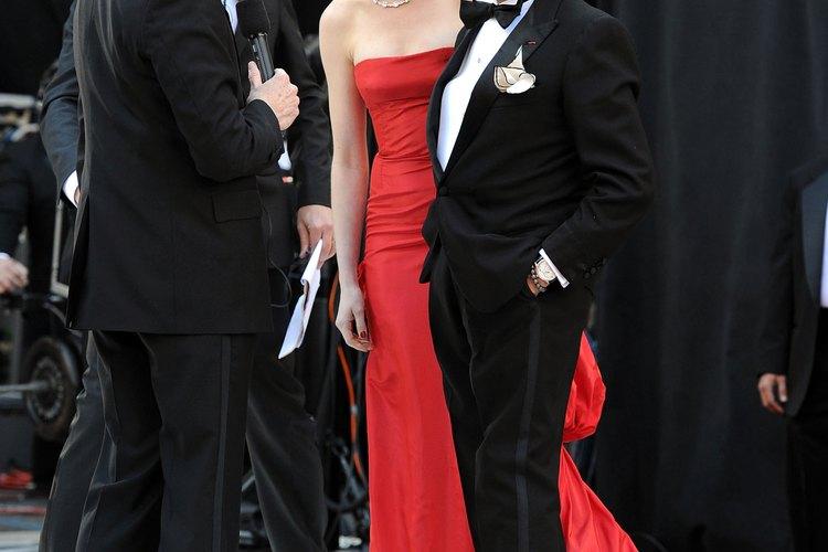 La actriz Anne Hathaway es entrevistada durante una ceremonia de entrega de los Oscar.