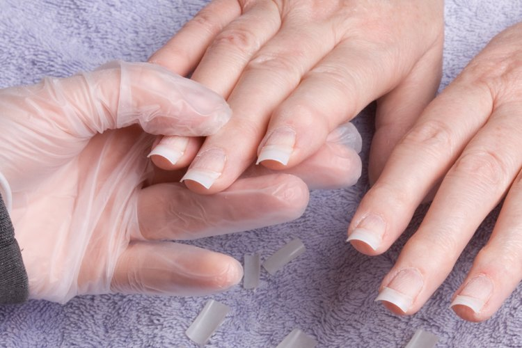 Para alargar las uñas, se adhieren puntas en los extremos de las uñas y se cubren con acrílico o gel.