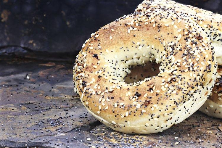 Una rosca de pan con semillas de amapola debería ser segura.