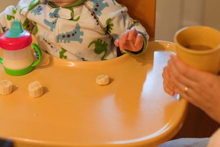 Mientras los pequeños músculos de un niño se desarrollan, comienza a comer de manera independiente.