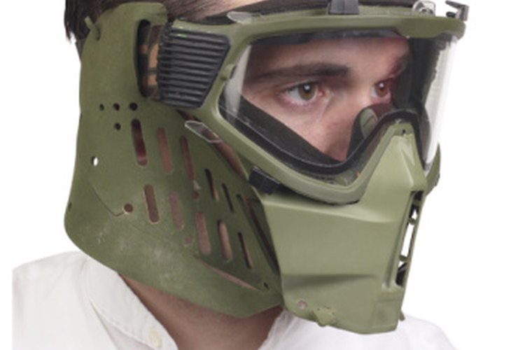 Mientras que las armas sin gas requieren el uso de una mascarilla completa, el airsoft sólo requiere gafas de seguridad.