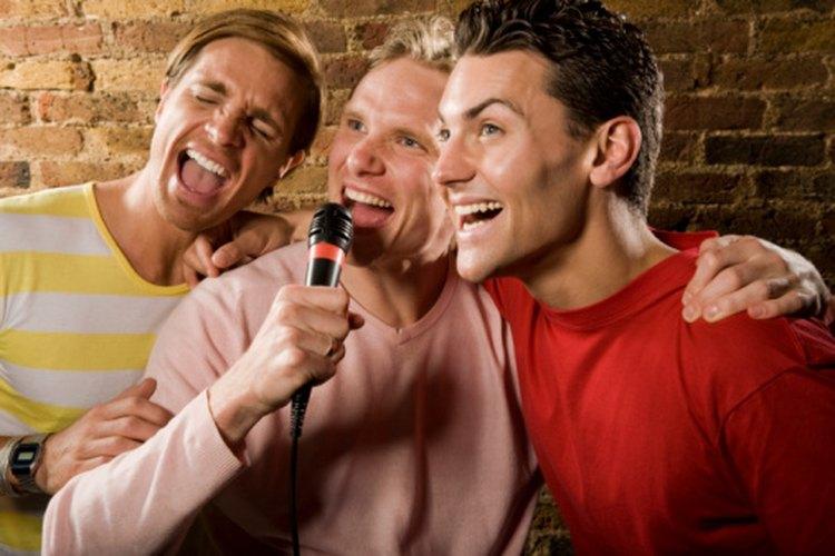 Los asistentes a los bares aman cantar karaoke.